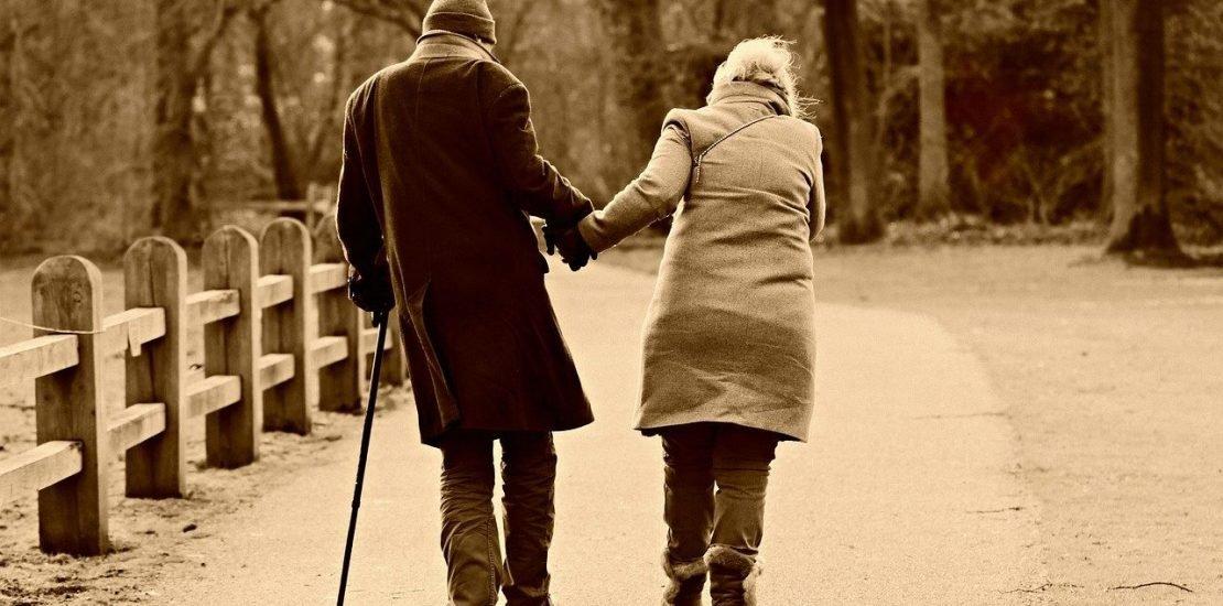 ouderen samen lopen
